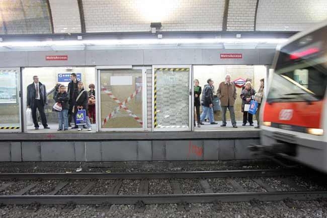 Puertas en el andén de uno de los ferrocarriles en Cataluña