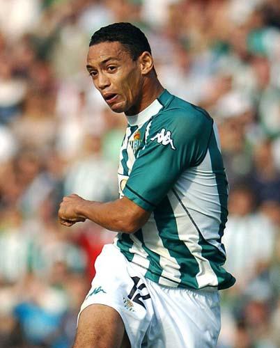 Oliveira golpea el balón