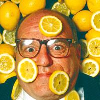Leo Bassi, rodeado de limones