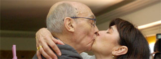 Saramago besa a su esposa, Pilar del Río. REUTERS/Juan Ferreras