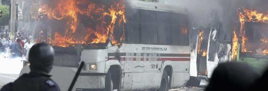 Los enfrentamientos entre Policía y miembros de la APPO volvieron a hacer acto de presencia en Oaxaca