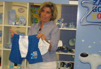 Marta Gargallo, responsable de licencias de la Expo, muestra unos calzoncillos con el logo de la muestra.