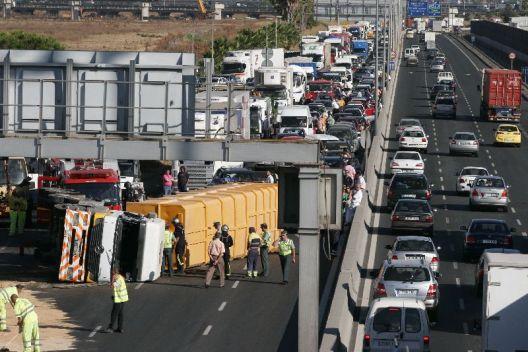 Caos de tráfico en hora punta en el Puente del V Centenario por el vuelco de un camión  (Imagen: ANÍBAL GONZÁLEZ)