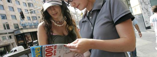 Verónica y María ojean el ejemplar de 'El Jueves' secuestrado por el juez Del Olmo