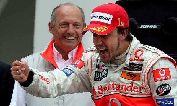 Fernando Alonso celebra su victoria en presencia de Ron Dennis.