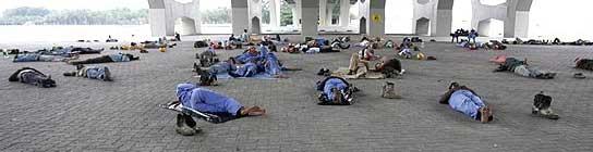 Obreros de siesta en Singapur