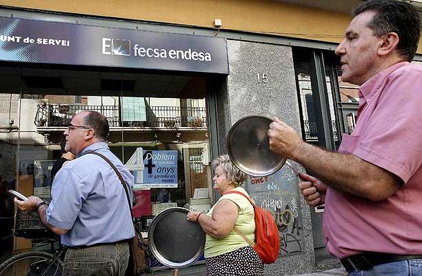 Foto 260707 cacerolada en barcelona apag n de barcelona for Oficinas de fecsa endesa en barcelona