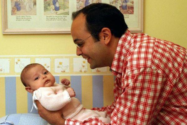 Resultado de imagen para padre cuidando a sus hijos