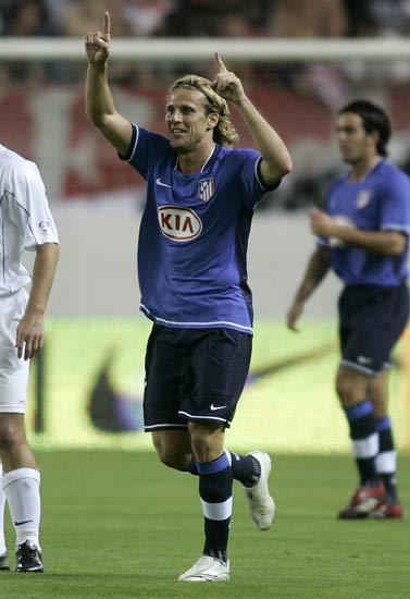 Forlán celebra su primer gol con el Atlético de Madrid