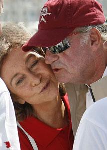 La Reina Sofía despide con un beso a su marido, el Rey.