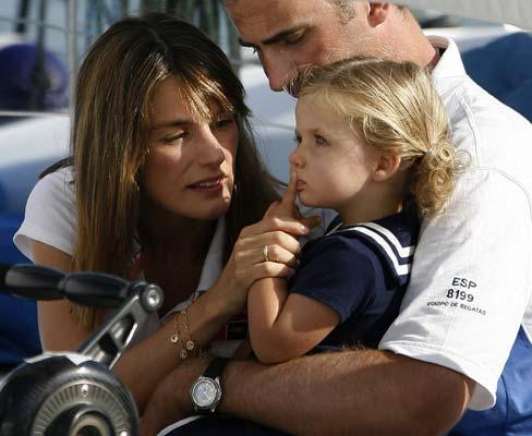 PRINCIPES13. La Infanta Leonor, muy pensativa, bajo la atenta mirada de sus padres.