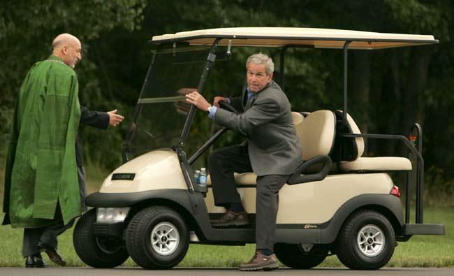 Bush invita a montar en su carro de golf a Karzai, ayer, en Camp David