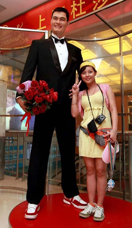 Una joven, junto a la estatua que conmemora la boda de Ming