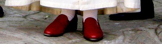 Benedicto, rey de los accesorios por sus zapatos de cuero rojo  (Imagen: ARCHIVO)