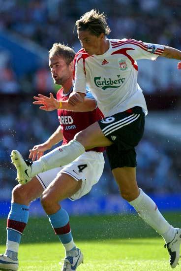 Torres dispara a portería en su primer partido con el LIverpool.