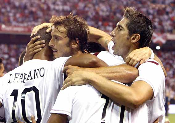 Los jugadores del Sevilla celebran el gol al Real Madrid