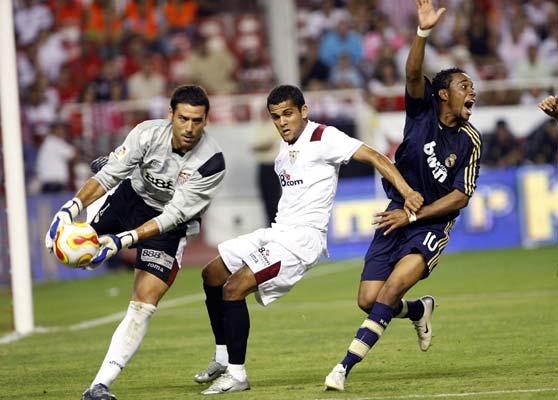 Dani Alves, entre Palop y Robinho, en una jugada del partido de ida de la final de la Supercopa