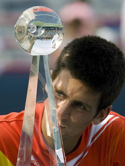 Novak Djokovic besa el trofeo de campeón