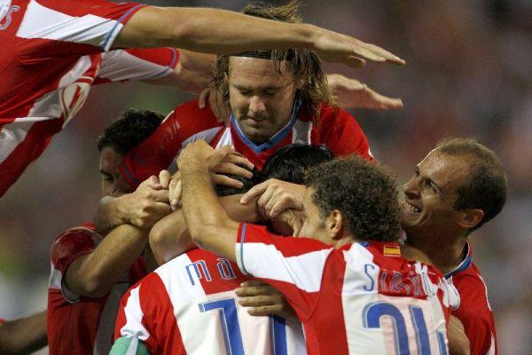 Los jugadores del Atlético de Madrid celebran el primer gol.
