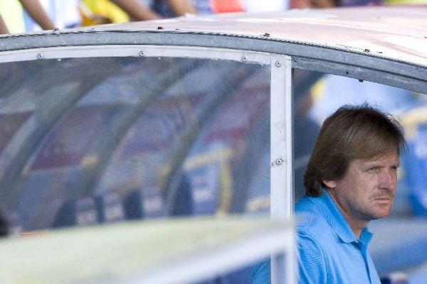 Bernd Schuster, observa a su equipo desde el banquillo.