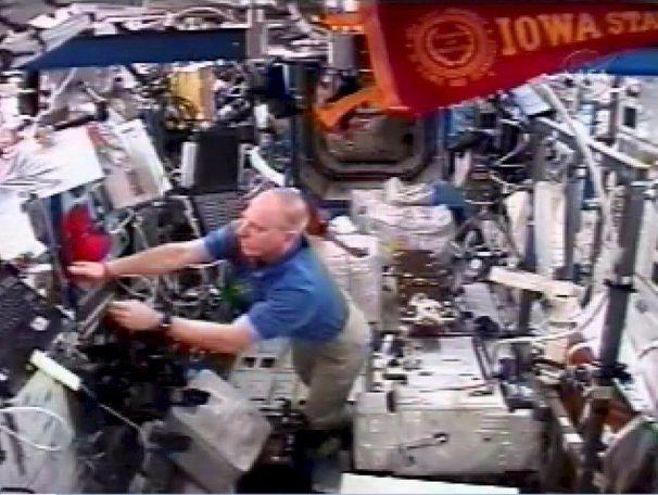 Los astronautas del Endeavour se preparan para el regreso