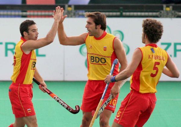 Víctor Sojo, Eduard Tubau y Francisco Fabregas celebran uno de los goles a Francia.