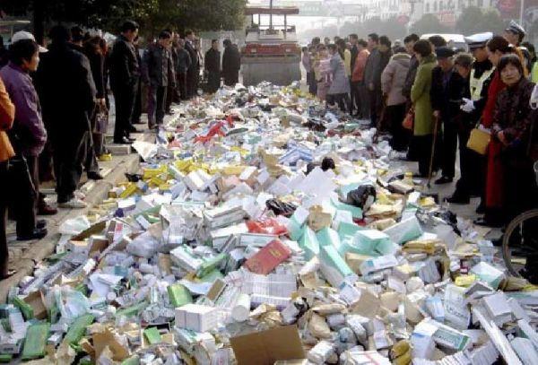 Muchos mensajes no deseados que promocionan medicamentos 'sospechosos' provienen de China. En la foto, una destrucción de falsificaciones incautadas por la policía.