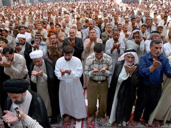 Fieles chiíes rezan en una mezquita iraquí.