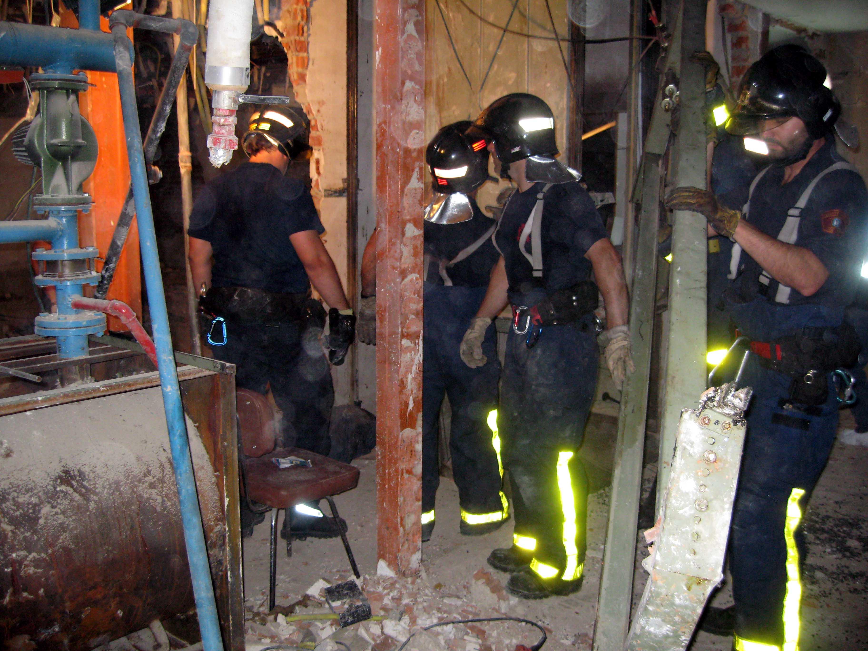 Los bomberos, junto al ascensor