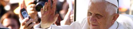 El Papa saluda a sus feligreses