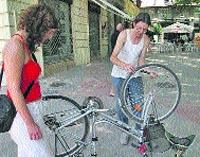Le arreglan su bici gratis