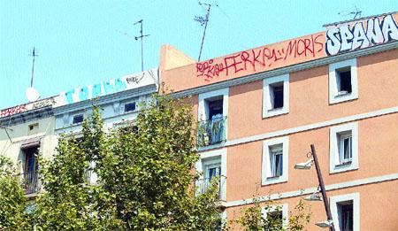 Fan grafits als terrats per evitar multes d'incivisme
