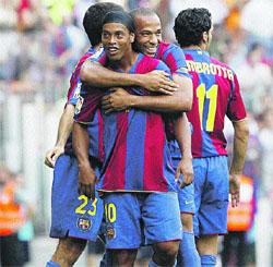 Ronaldinho guía a un Barcelona mejorado