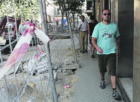 Sevilla recibe a sus vecinos con un centenar de zanjas por las calles