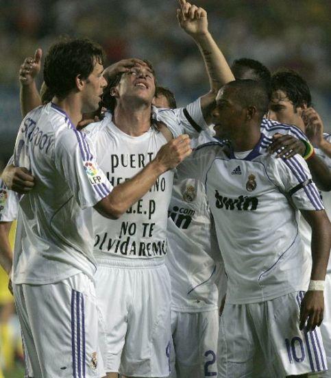 Sergio Ramos se levanta la camiseta para recordar a Puerta.