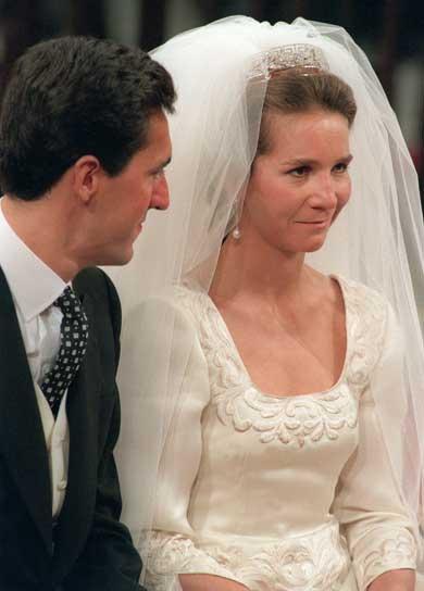 La boda de los Duques de Lugo. Corría el año 1995. Nunca se había visto tan guapa a la Infanta Elena como el día de su boda en la Catedral de Sevilla, el día 18 de marzo. Tan entusiasmada estaba que se le olvidó el gesto protocolario de  de pedir permiso a su padre antes de contraer matrimonio con el Duque de Lugo. Vestía la novia un traje diseñado por el andaluz Petro Valverde