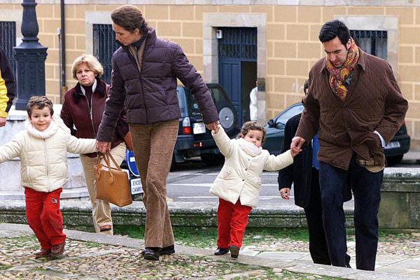 Los duques de lugo y sus hijos. Fotografía de archivo de la infanta Elena y su marido Jaime de Marichalar, acompañados de sus dos hijos, tomada durante el invierno del 2003 en Soria, cuando acudían muy abrigados a la misa funeral que cada 26 de diciembre se ofrece en memoria del fallecido conde de Ripalda, Amalio de Marichalar y Bruguera, padre del duque de Lugo, en la iglesia románica de Santo Domingo.