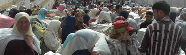 Las mujeres se acumulan a la entrada del paso.