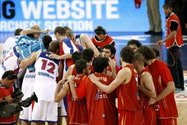 Los jugadores de la selección española se felicitan tras el triunfo ante Rusia