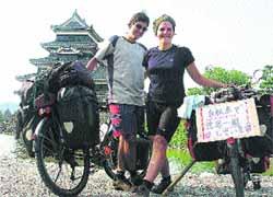 Andoni Rodelgo y Alice Gossart en un alto en su camino a su paso por Matsumoto (Japón).(R. B.)
