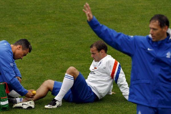Wessley Sneijder es atendido en el momento de su lesión.
