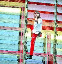 El 'spiderman' francès escala la Torre Agbar en una hora i mitja
