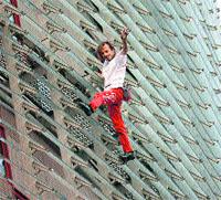 Spiderman escala torres en Barcelona