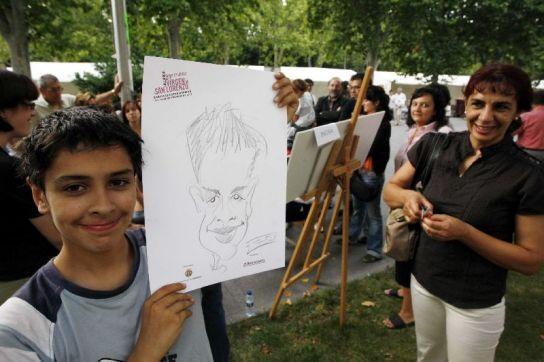 Un joven muestra su caricatura.
