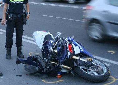 Un motorista se estrella contra un coche en contradirección en la avenida de Dénia.