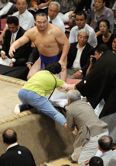 Una mujer intenta invadir un ring de sumo