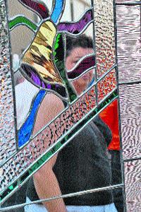 Elaboran vidrios artísticos