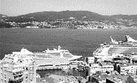 Dos cruceros, juntos en el muelle de trasatlánticos