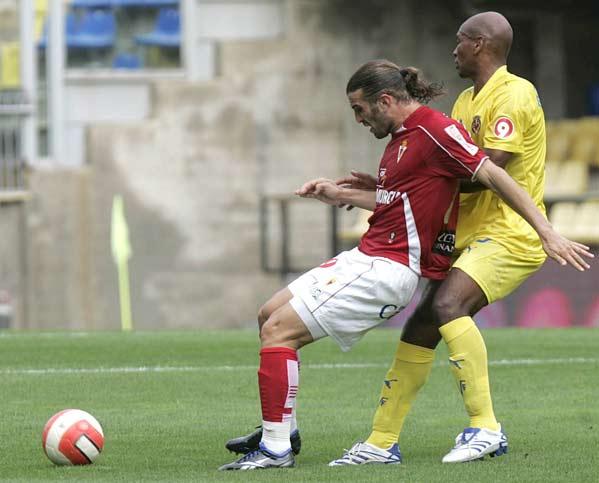 El centrocampista del Villarreal Marcos Senna  lucha un balón con el delantero del Real Murcia Iván Daniel