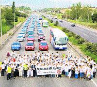 Cortan la autopista B23 con más de 50 coches para pedir un carril bus